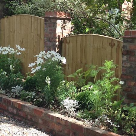 Convex closeboard fencing