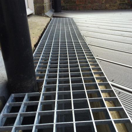 Steel grid drainage