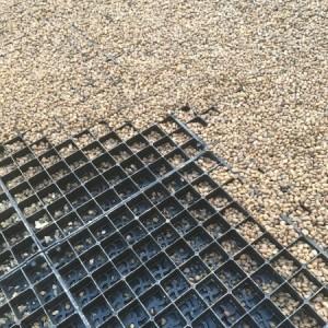 Gravel stabilising grid